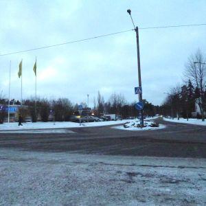 Pojovägen i Pojo centrum, vinter, skymning, trist intryck, till vänster skymtar Aktia och S-market.
