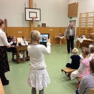 Flicka filmar med ipad i Klemetskog skola i Tusby