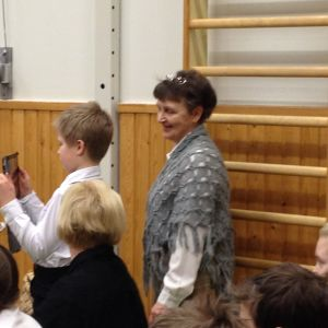 Pojke filmat med ipad i Klemetskog skola i Tusby