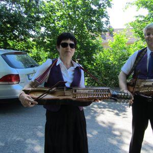 Susan Pettersson och Ben Ewalds från Borgå har byggt sina nyckelharpor själva.