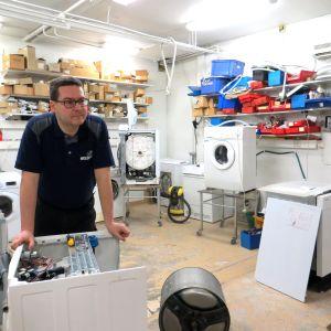 Mikko Ranta ja korjausta odottavia pesukoneita