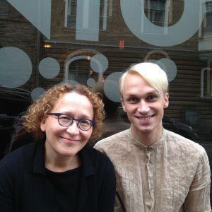 Anu Koivunen och Christoffer Strandberg utanför Efter Nio studion