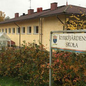 Exteriör av Kyrkfjärdens skola i Ingå