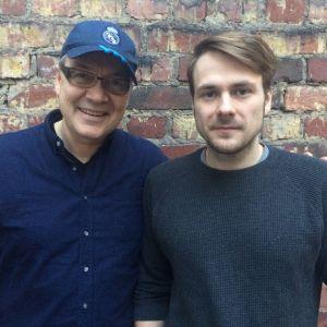 Geir Rönning står tillsammans med bibliotekarien Mikael Gros.
