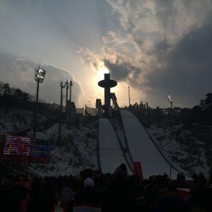 Solen går ner bakom Alpensia backhoppnignscenter i Pyeongchang.