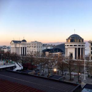 Vy över floden Vardar i Skopje med nybyggda byggnader på andra sidan floden, byggda som en del av projektet Skopje 2014.