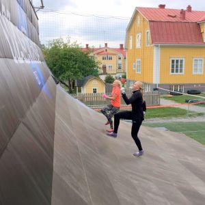 Katri Lehtola och Erika Lindén testar Big Ramp.