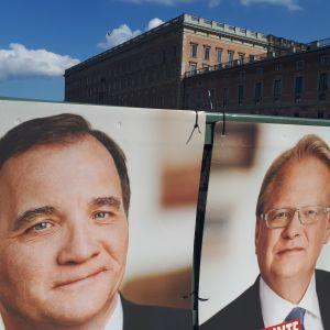Valaffisher på Stefan Löfven och Peter Hultqvist med Kungliga slottet i bakgrunden.