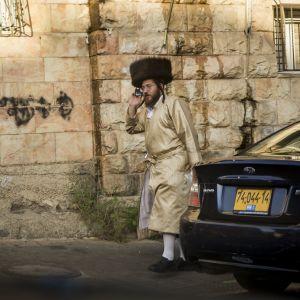 Juutalainen mies uskonnollisessa juhla-asussa