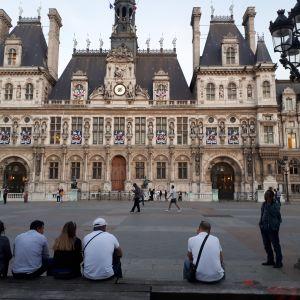 Människor på torget utanför stadshuset i Paris.