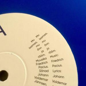 En skiva med fyra olika versioner av den estniska nationalsången Mu isamaa, mu õnn ja rõõm.