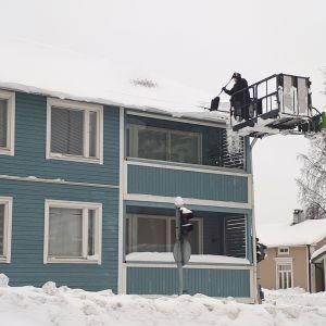 Snöröjning på tak i Karleby.