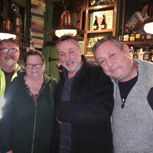 Från vänster Allan Saren, Zenita Karlberg, Peter Stenström, Mats Welander. De är i en pub. Ser in i kameran och ler.