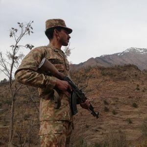 Pakistansk soldat patrullerar vid gränsen i det omstridda området Kashmir.