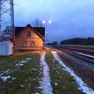 En gammal tågstation i den estniska staden Rakke.