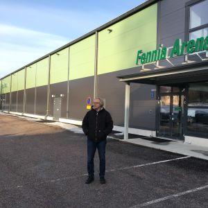 Henrik Sandström utanför bollhallen i Sjundeå