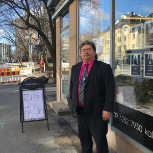 Fastighetsmäklare Tuomas Meriläinen utanför det vattenskadade kontoret på Helsingegatan i Berghäll.