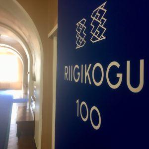 I en korridor på Dombergets slott där parlamentet Riigikogu sammanträder står det Riigikogu 100.