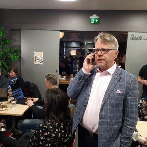 Peter Östman talar i telefon.