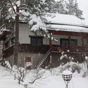 Luminen maisemakuva japanilaisesta majatalosta Pukkilassa.