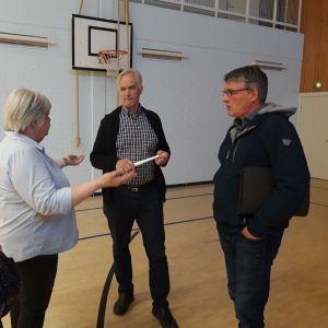 Christina Albäck-Delia och Siv Albäck-Tokou diskuterar med politikerna Bengt-Johan Skullbacka och Peter Svartsjö.