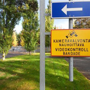 Skylt om övervakningskamera vid Polishuset i Karleby.