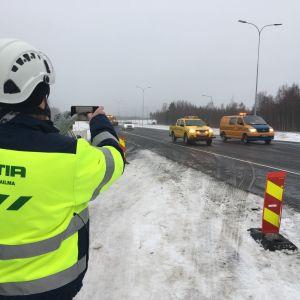 Työmies kuvaa, kun uusi osuus moottoritietä avataan tiellä 4.
