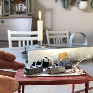 Miniatyrlyktor framför en riktig ljuslykta