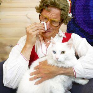 Kent från Jeppis mamma gråter ut hos terapeuten med katt i famnen.