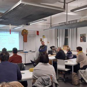 Kundrådgivare Lars Ekman står framför kursdeltagarna i ett klassrum och föreläser.