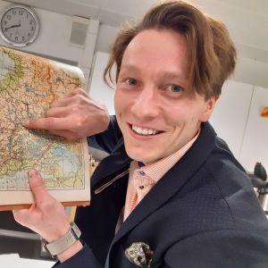 En glad Jussi Karhunen har hittat på den finländska kartan skogen han en gång kommer att ärva