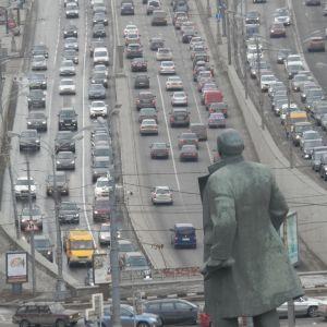 Bilar i kö på motorväg i Ryssland.