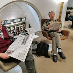 Pauli ja Marja Rautamaa lukevat lehtiä Metson lehtilukusalissa