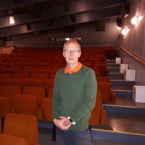 Kuhmolaisen Pajakkakinon uusi omistaja Ari Innilä seisoo elokuvakatsomon edustalla.