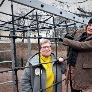 Barnboksforskarna Mia Österlund och Pia Ahlbäck på lekplatsen nära deras arbetsplats.