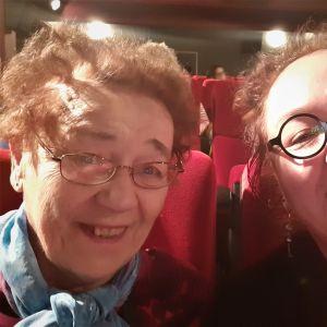 vanha nainen on teatterin katsomossa tyttärensä kanssa