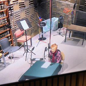 monitorissa nainen studiossa