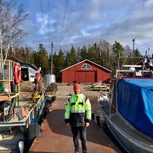 Patrik Jonasson på bryggan till Jonas Båt AB