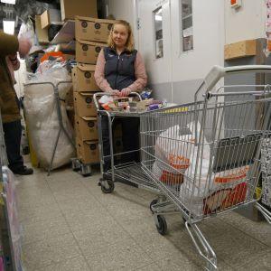 Sari Kivioja esittelee ruoka-apukassin sisältöä.