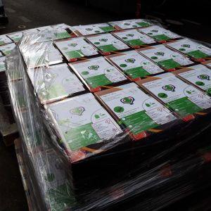 Då det råder brist på förpackningar under coronakrisen används det vinboxar.  Man klipper av kranen. På etiketten står det att detta innehåller handsprit.Etiketten klistras över rödvinsbilden på bag-in-boxen.