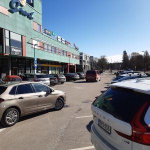 En nästan fylld parkeringsplats utanför Grani köpcentrum i Grankulla.