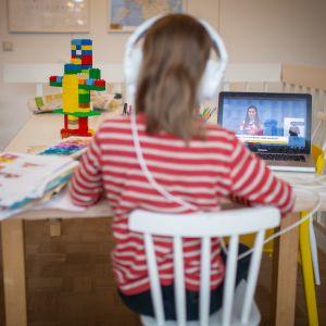 Lapsi katsoo hallituksen tiedotustilaisuutta.