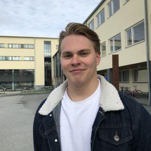 Kevään 2020 ylioppilas Leo Siiskonen seisoo Joensuun yhteiskoulun lukion pihamaalla.