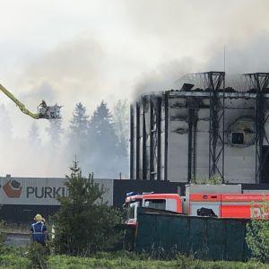 Iso tulipalo teollisuualueella Lahden Jokimaalla.