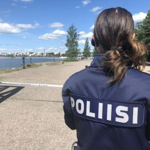 Poliisi eristysnauhan edessä Lahden satamassa 2.7.2020