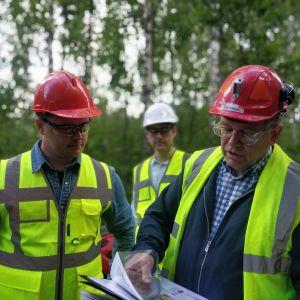 Kuvassa on FinnCobalt-yhtiön toimitusjohtaja Markus Ekberg (oikealla)sekä kaksi Hautalammen kaivoksen geologia.