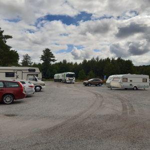 Husbilar och husvagnar på parkering.