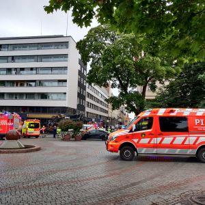 Hälytysajoneuvoja kolaripaikalla Tampereen Hämeenpuistossa.