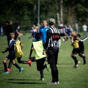 fotbollsjuniorer på spelplan