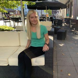 Kotkalainen baarityöntekijä Elina Heletoja Public Corner -ravintolan terassilla